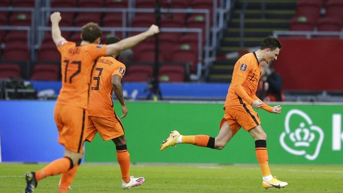 Netherlands Steven Berghuis celebrates after scoring his sides first goal during the World Cup 2022 group G qualifying soccer match between The Netherlands and Latvia at the Johan Cruyff ArenA in Amsterdam, Netherlands, Saturday, March 27, 2021. (AP Photo/Peter Dejong)