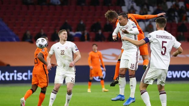 AMSTERDAM, NETHERLANDS - MARCH 27: Luuk de Jong of Netherlands  scores their team's second goal  during the FIFA World Cup 2022 Qatar qualifying match between the Netherlands and Latvia at the Amsterdam Arena on March 27, 2021 in Amsterdam, Netherlands. In a government-backed initiative 5,000 ticket-holders will be allowed watch the match provided they have tested negative for coronavirus.  (Photo by Dean Mouhtaropoulos/Getty Images)