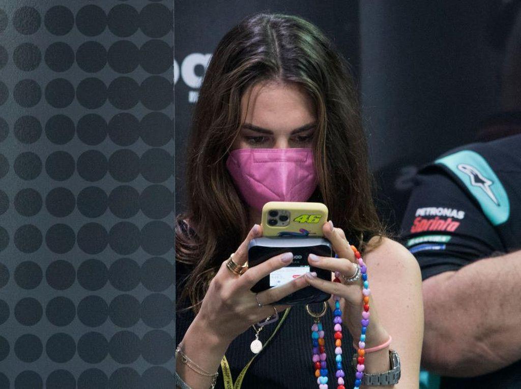 Kekasih Valentino Rossi Lagi Lihat Apa sih, kok Serius Banget?