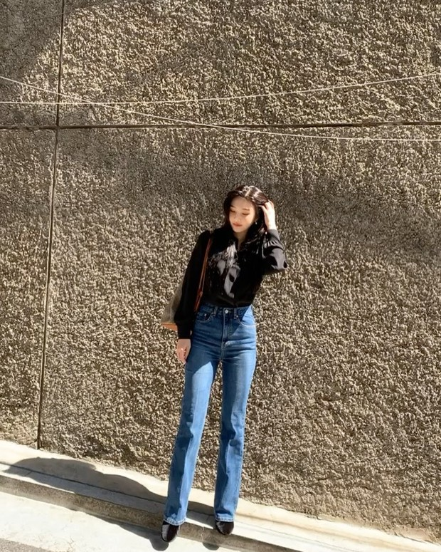 Kemeja polos dan celana jeans