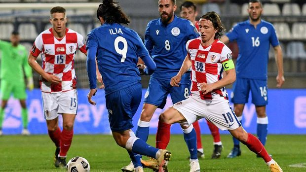 Croatia's midfielder Luka Modric (R) fights for the ball with the Cyprus'  forward Marios Ilia  during the FIFA World Cup Qatar 2022 qualification Group H football match between Croatia and Cyprus at the HNK Rijeka Stadium, in Rijeka, on March 27, 2021. (Photo by Denis LOVROVIC / AFP)