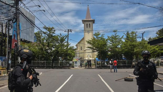 Indonesian police stand guard outside a church after an explosion in Makassar on March 28, 2021. (Photo by INDRA ABRIYANTO / AFP)