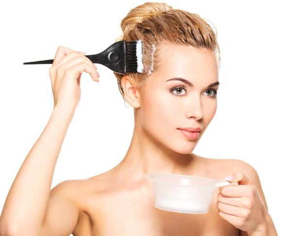 Penting sekali memperhatikan kapan waktu yang tepat untuk mengganti warna cat agar tidak merusak kesehatan rambut.