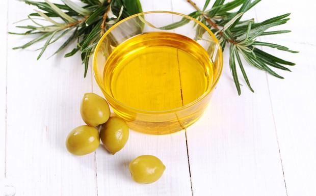 Perawatan rambut menggunakan minyak zaitun mampu mengantisipasi potensi kerusakan.