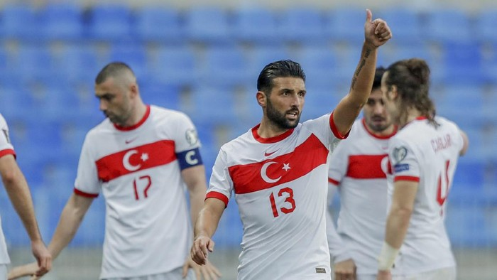 Turkeys Ozan Tufan, center, celebrates with his teammates during a World Cup 2022 group G qualifying soccer match between Norway and Turkey at La Rosaleda stadium in Malaga, Spain, Saturday, March 27, 2021. (AP Photo/Fermin Rodriguez)