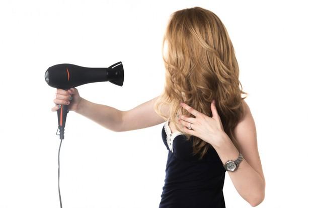 Rambut basah yang terlalu sering dikeringkan dengan hairdyer akan cepat kering dan rusak.