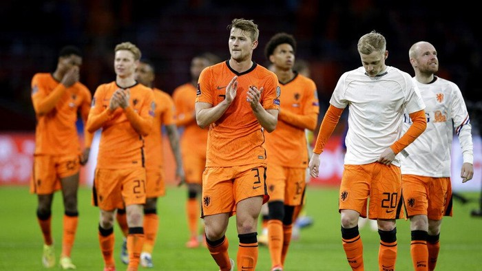 Netherlands players cheer supporters at the end of the World Cup 2022 group G qualifying soccer match between The Netherlands and Latvia at the Johan Cruyff ArenA in Amsterdam, Netherlands, Saturday, March 27, 2021. Netherlands won 2-0. (AP Photo/Peter Dejong)