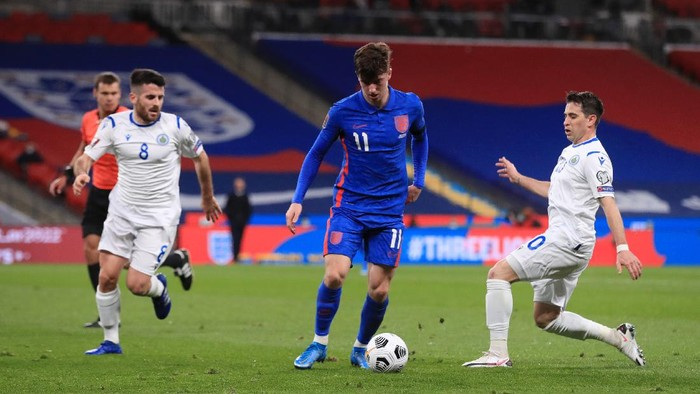 LONDON, ENGLAND - MARCH 25: Mason Mount of England is challenged by Adolfo Hirsch of San Marino during the FIFA World Cup 2022 Qatar qualifying match between England and San Marino at Wembley Stadium on March 25, 2021 in London, England. Sporting stadiums around the UK remain under strict restrictions due to the Coronavirus Pandemic as Government social distancing laws prohibit fans inside venues resulting in games being played behind closed doors.  (Photo by Adam Davy - Pool/Getty Images)