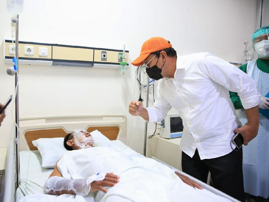 Wali Kota Makassar Jenguk Korban Bom Bunuh Diri di RS Bhayangkara