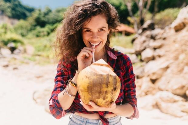 Walaupun air kelapa saja tidak akan menyembuhkan jerawat, air kelapa dapat digunakan dalam rutinitas perawatan kulit bersama bahan lain untuk membantu mempercepat prosesnya.