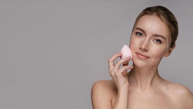 Aplikasikan foundation dengan beauty blender secara intens