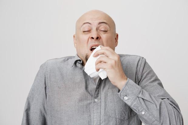 Bersin membantu membersihkan hidung kamu dari kotoran dan debu, termasuk bakteri. Secara hipotetis, pengalihan udara kembali ke telinga dari saluran hidung dapat membawa bakteri atau lendir yang terinfeksi ke telinga tengah hingga menyebabkan infeksi.
