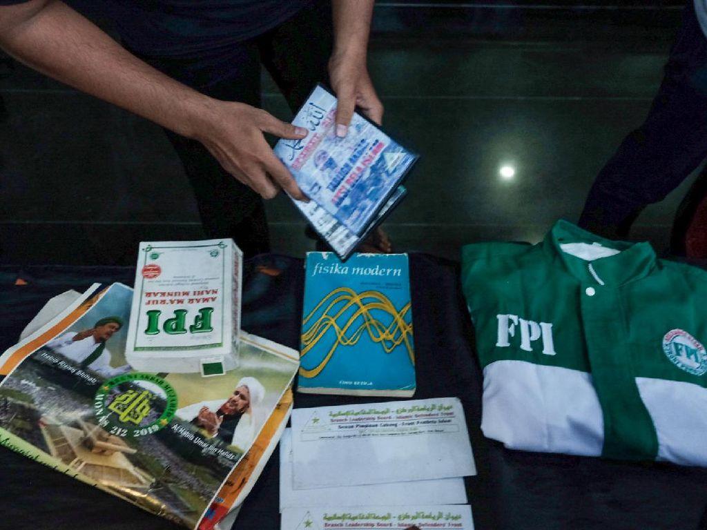 Baju FPI Dipajang di Konferensi Pers Kapolda Metro soal Terduga Teroris
