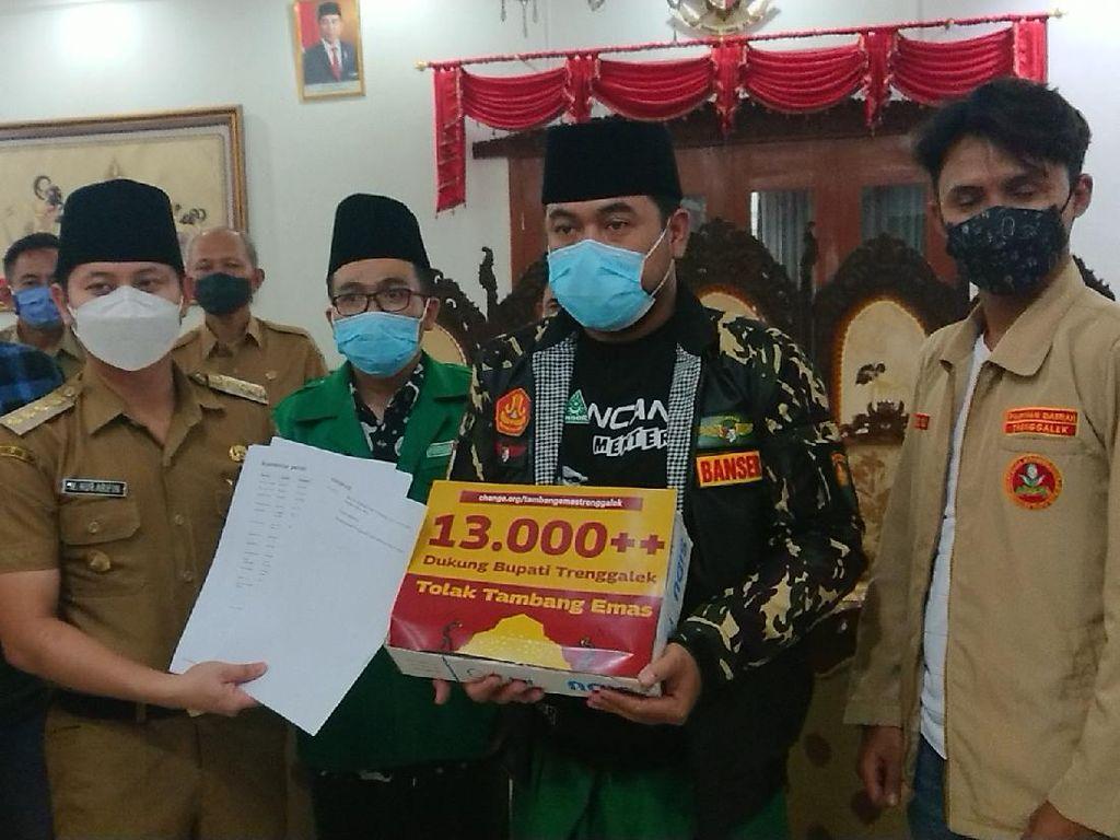 Sejumlah Aktivis Serahkan Petisi Tolak Tambang Emas ke Bupati Trenggalek