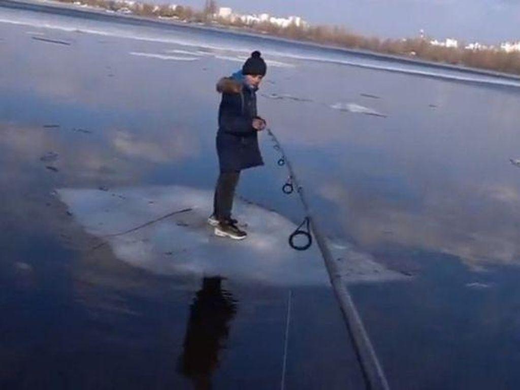 Kasian Bocah Ini, Terdampar di Atas Es, Untung Ditolong Pemancing