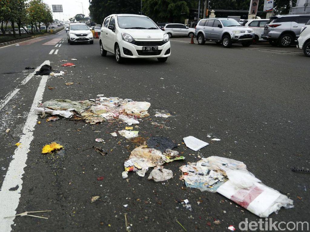 Ceceran Sampah Truk TPA Kotori Jalan MT Haryono