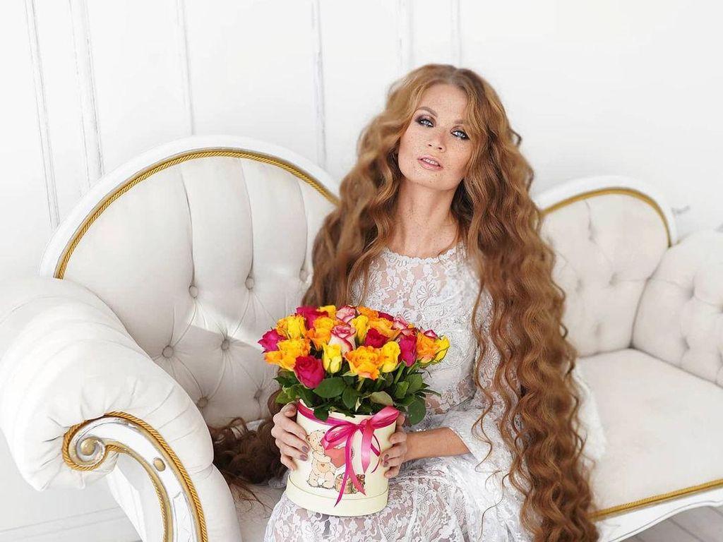 9 Foto Rapunzel dari Rusia, Sering Dapat Komentar Nyinyir dari Sesama Wanita