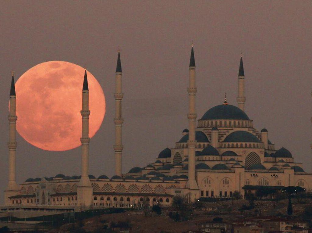 Foto Full Moon Hiasi Langit Istanbul