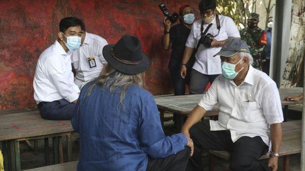 Wali Kota Solo, Gibran Rakabuming Raka duduk di meja saat berbincang dengan Menteri Pekerjaan Umum dan Perumahan Rakyat (PUPR) Basuki Hadimuljono.