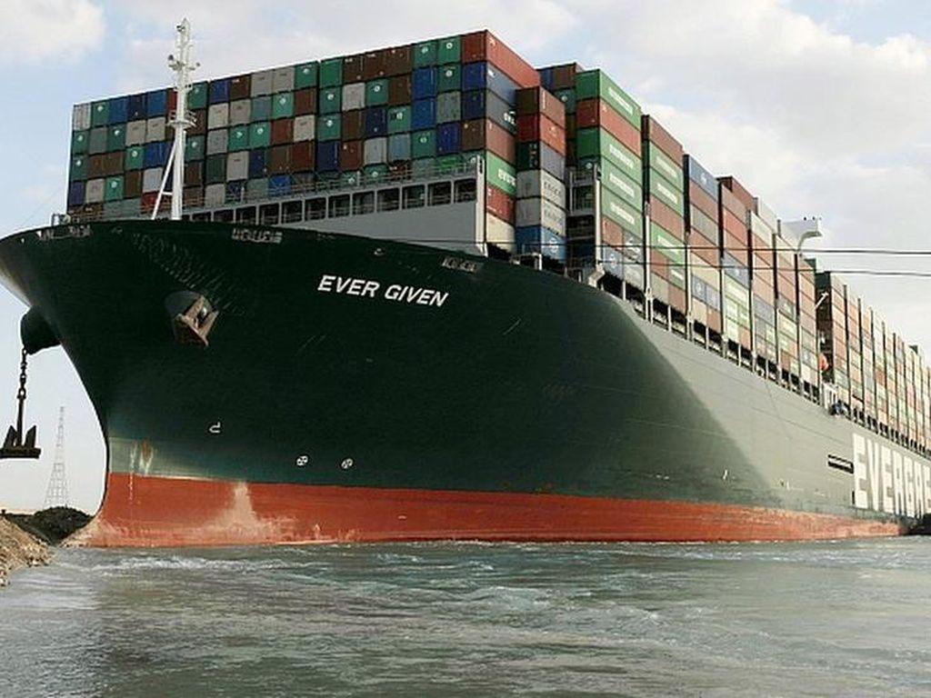 Kapal Kontainer Raksasa Bebas di Terusan Suez, ABK Berpotensi Ditahan
