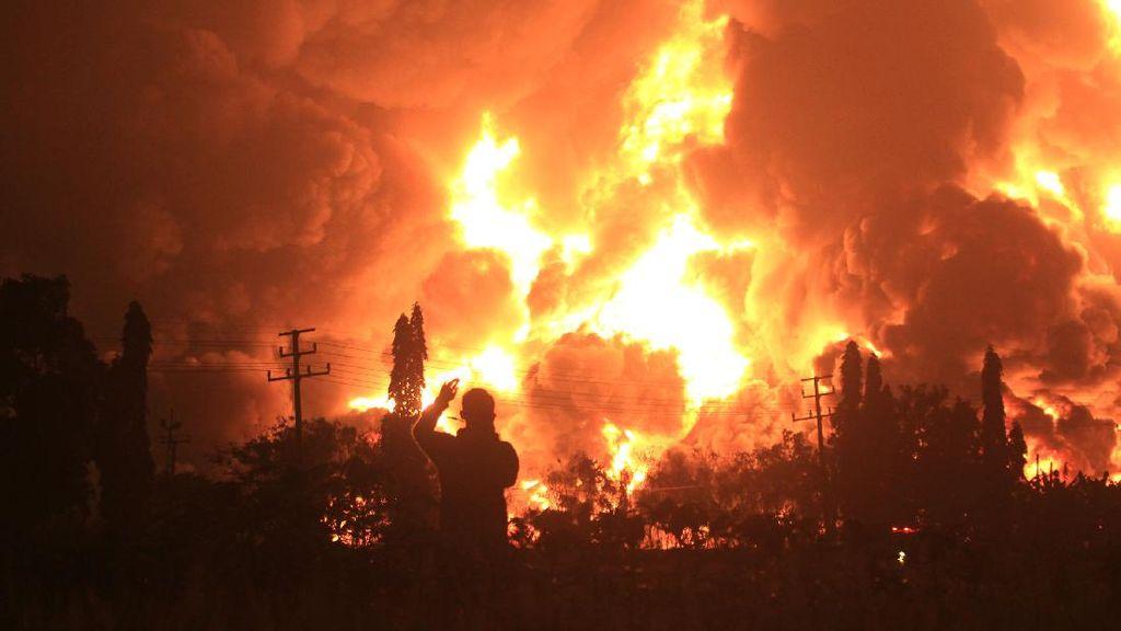Penampakan Kobaran Api yang Membakar Kilang Pertamina Balongan