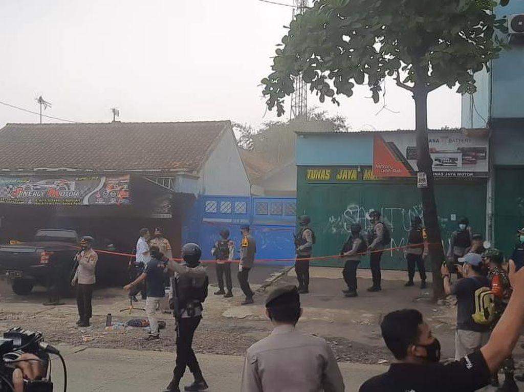 Olah TKP di Rumah Terduga Teroris di Bekasi, Terdengar Ledakan-Asap Mengepul