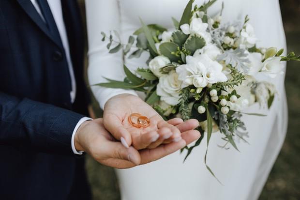 Seseorang yang menikah di usia lebih tua biasanya memiliki lebih banyak waktu untuk mengejar karir dan memperoleh kondisi finansila yang lebih stabil.