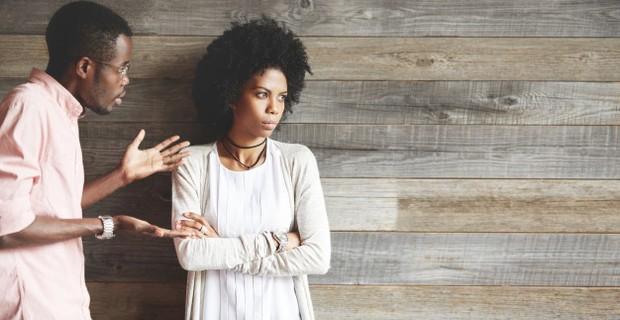 Dominasi pria dalam keluarga kerap kali menyebabkan mereka merasa berhak mengambil keputusan tanpa berdiskusi dengan pasangan. Padahal, istri mungkin memiliki banyak sekali saran dan pemikiran yang bermanfaat saat kalian akan mengambil sebuah keputusan besar.