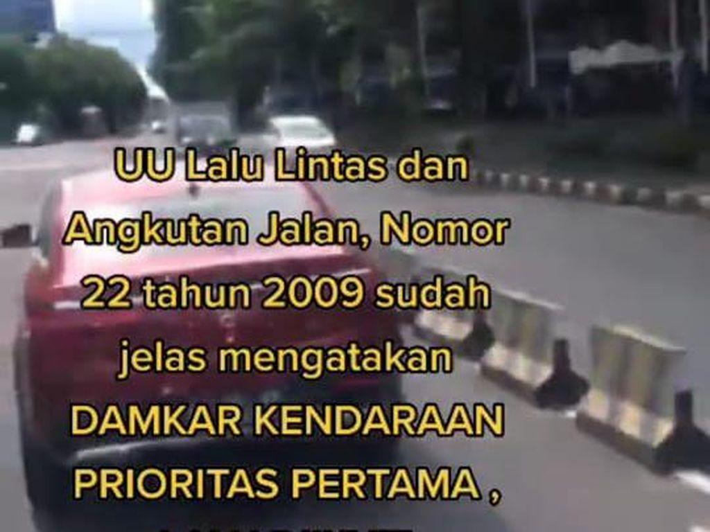Viral Video Pengendara Mercy Diduga Halangi Mobil Damkar di Bali