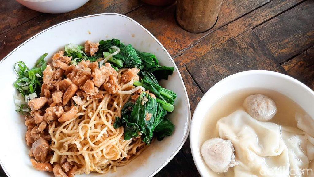 Sedapnya Makan Mie Yamin Plus Pangsit di Bawah Pohon Rindang