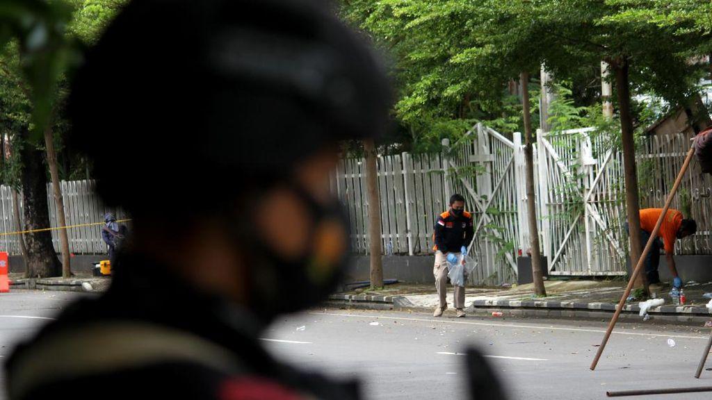 Olah TKP, Polisi Kumpulkan Sisa Serpihan Bom Makassar