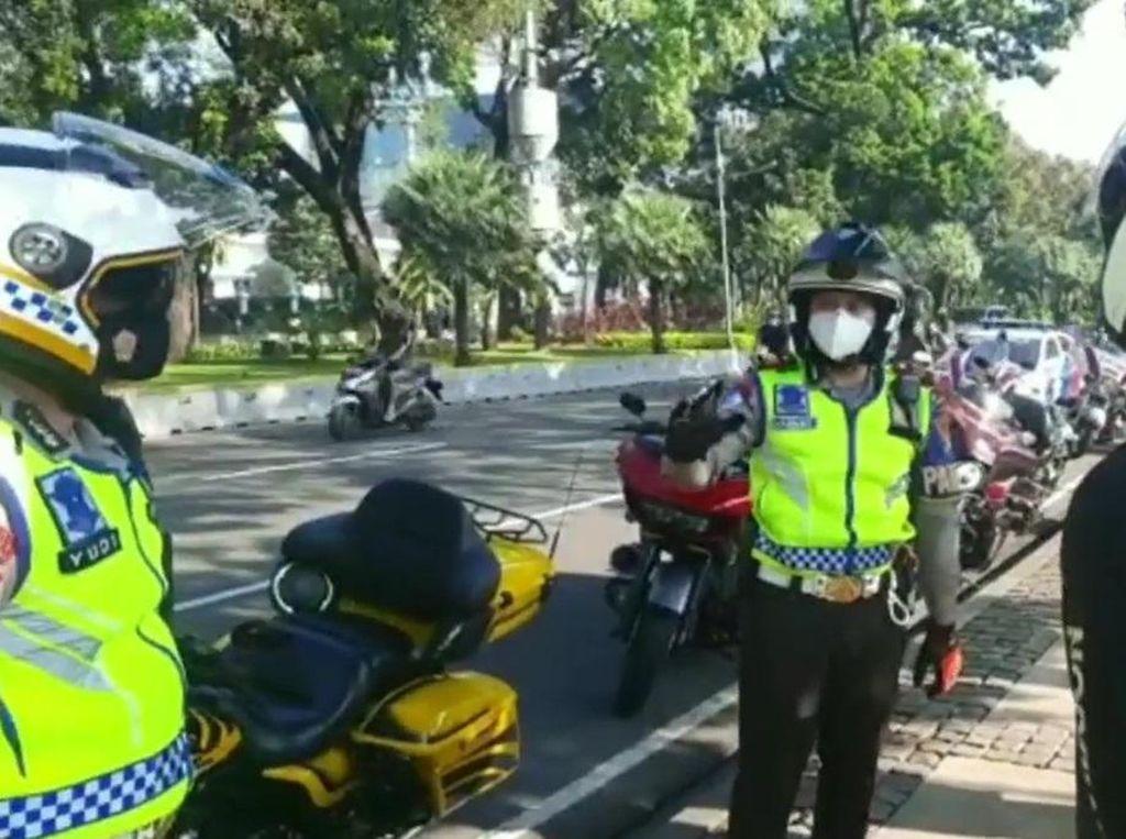 Enggak Dikawal Polisi Lagi, Pemoge Nekat Pakai Rotator Sendiri, Emang Boleh?