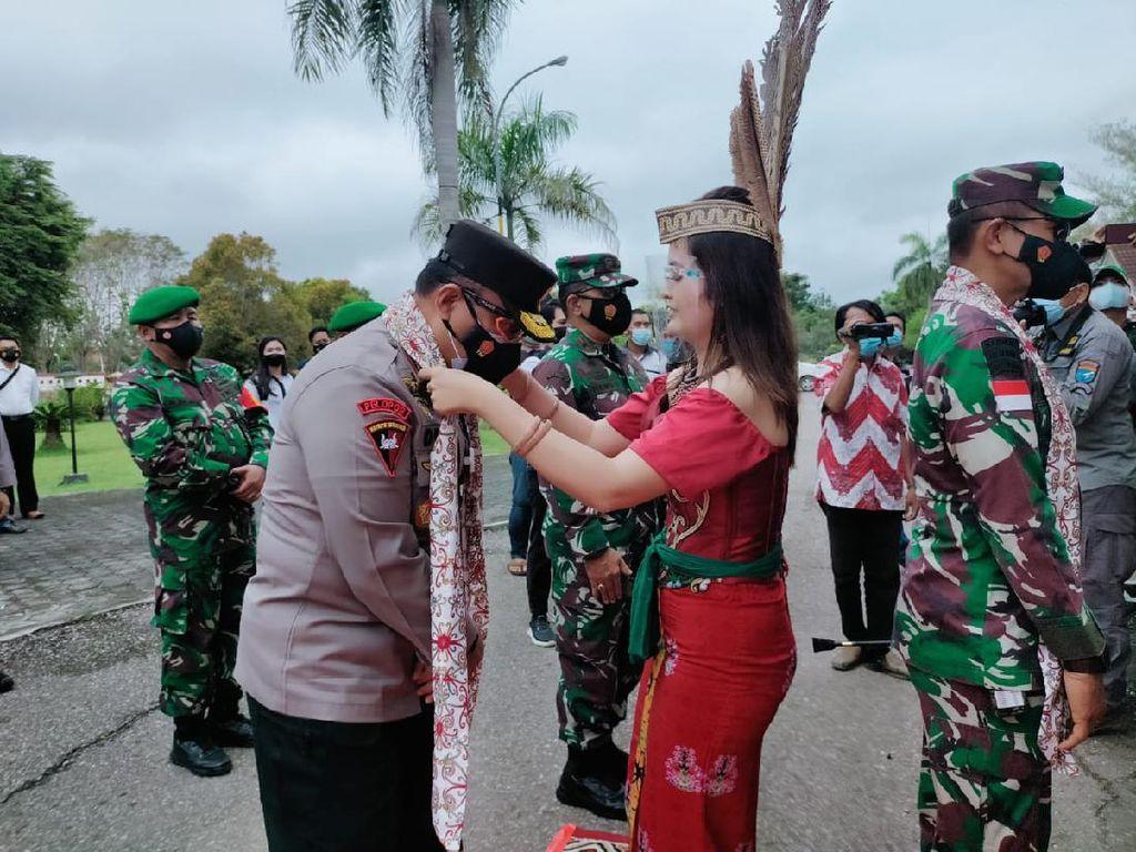 Pangdam XII Tanjungpura & Kapolda Kalteng Terima Gelar dari Suku Dayak