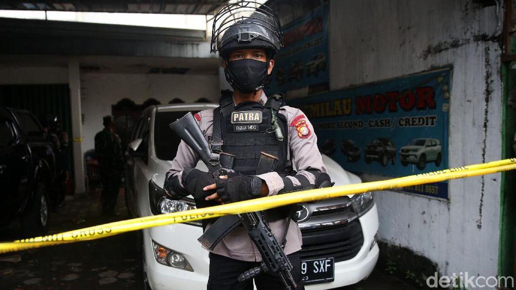 Polisi Bersenjata Laras Panjang Jaga Lokasi Penggerebekan di Condet