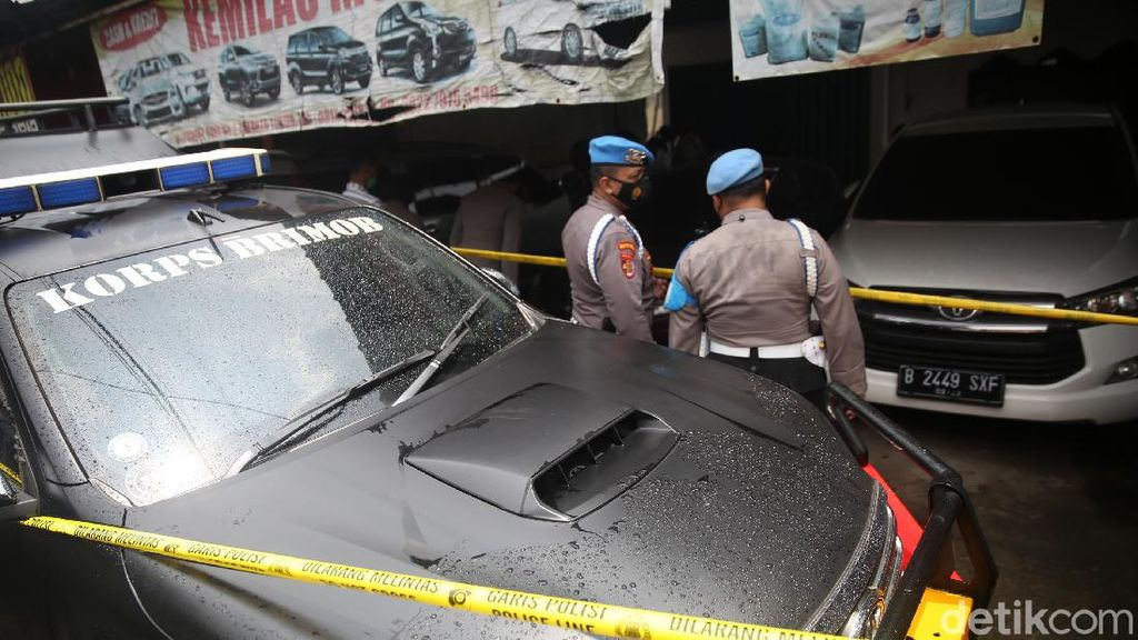 Polisi Gerebek Showroom Mobil Terkait Terorisme