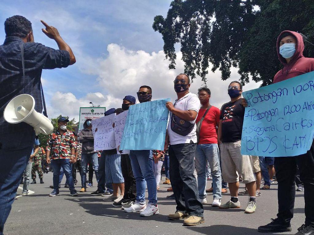 Puluhan Eks Tenaga Outsourcing Demo Walkot Blitar karena Kontrak Kerja Diputus