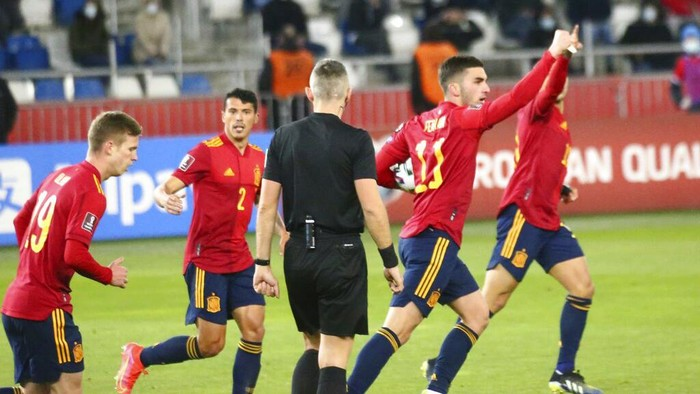 Spains FerranTorres, second right, celebrates after scoring his sides opening goal during the World Cup 2022 group B qualifying soccer match between Georgia and Spain at Boris Paichadze Dinamo Arena in Tbilisi, Georgia, Sunday, March 28, 2021. (AP Photo/Zurab Tsertsvadze)