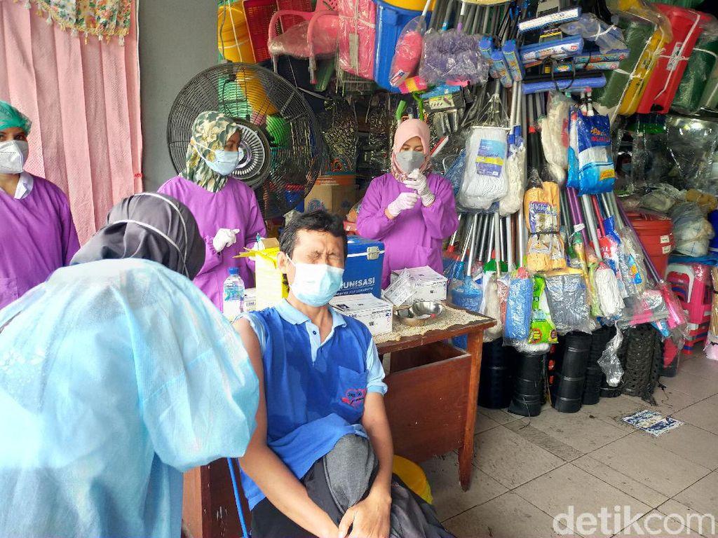 Ratusan Pedagang Pasar Genteng Surabaya Divaksin COVID-19