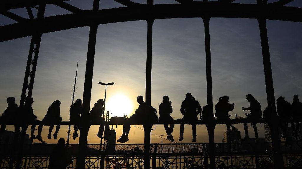 Cara Asyik Warga Jerman Nikmati Matahari Terbenam