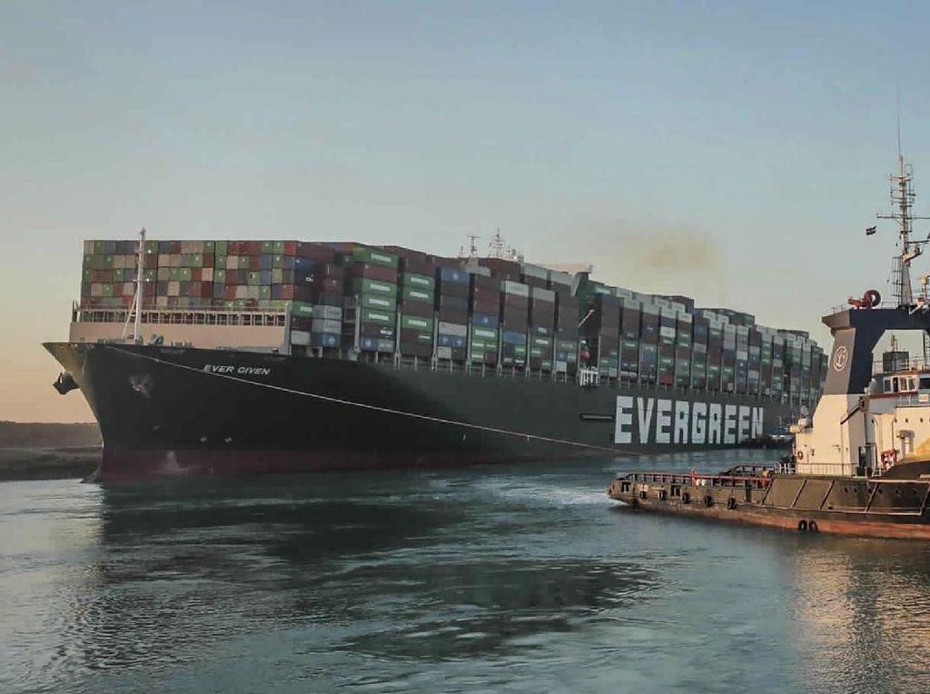 Keajaiban Bulan Purnama Bantu Evakuasi Kapal di Terusan Suez