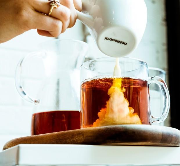 Menuang susu setelah teh.