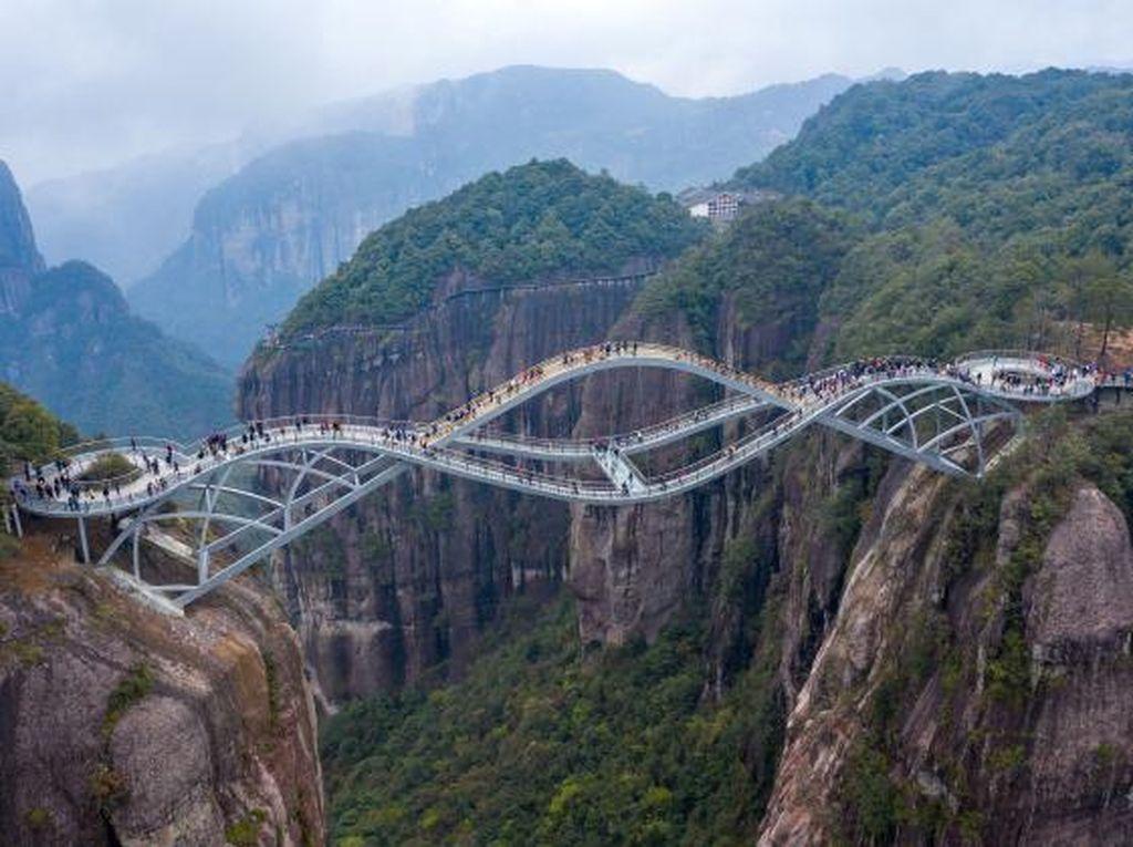Potret Jembatan Kaca Tak Biasa di China