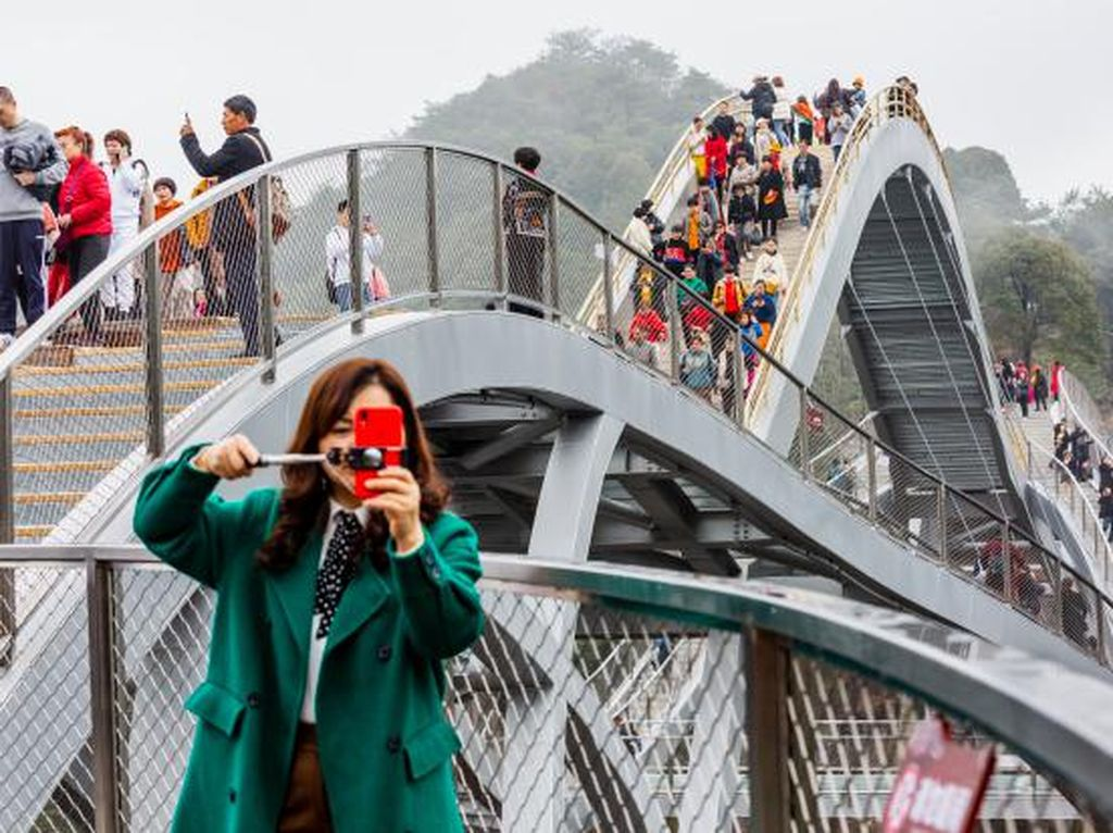 Bukan Editan, Jembatan Kaca Ini Sungguh Ada di China