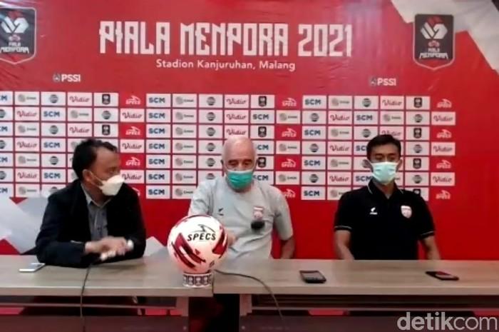 Pelatih Borneo FC, Mario Gomez (tengah).