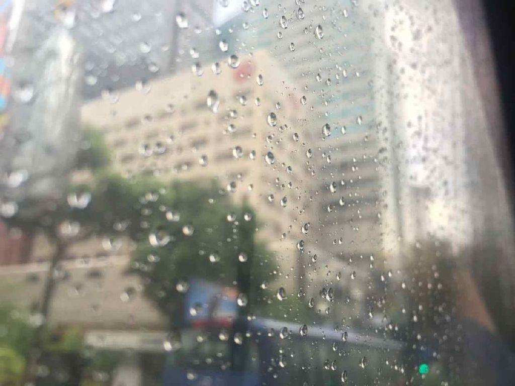 Siang Ini Sebagian Daerah di Jatim Diprakirakan Hujan, Waspada Angin Kencang