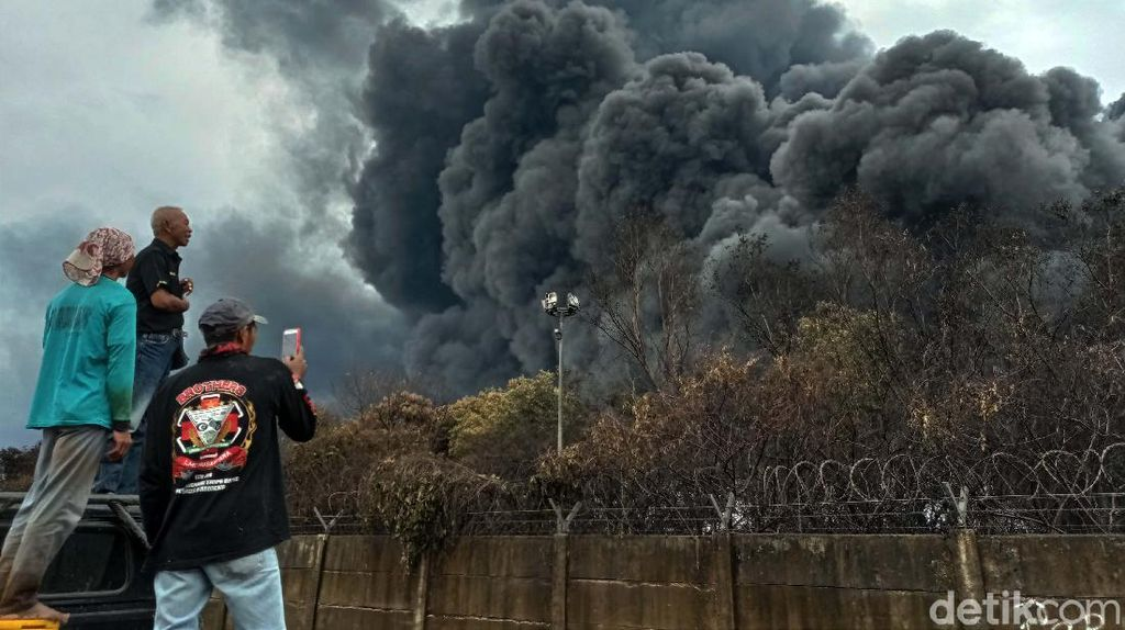 Melihat Lebih Dekat Kebakaran Kilang Pertamina Balongan