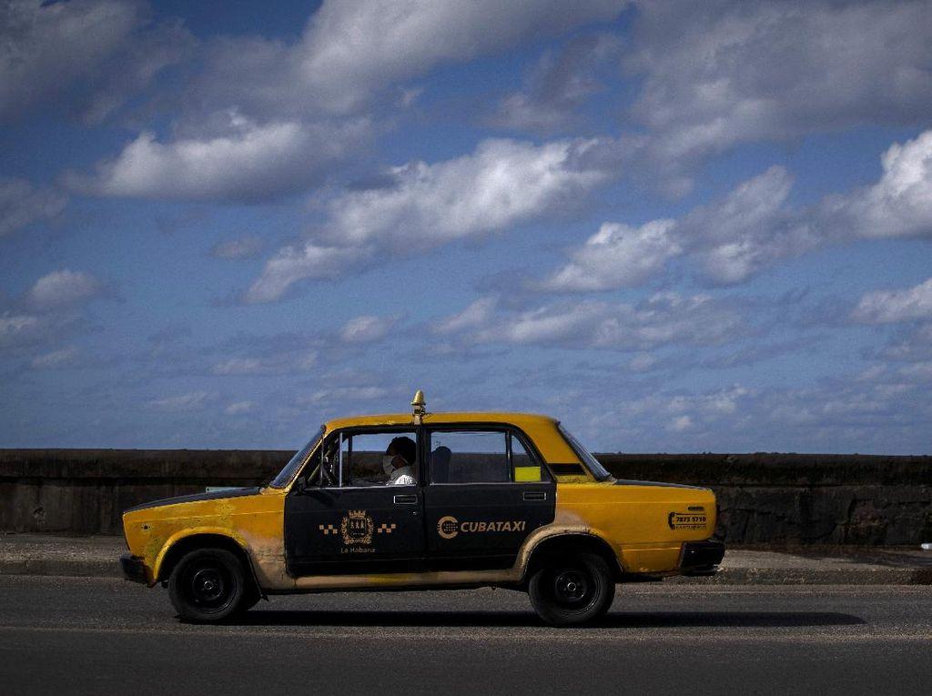 Melihat Mobil-mobil Antik nan Ikonik Melaju di Jalanan Kuba
