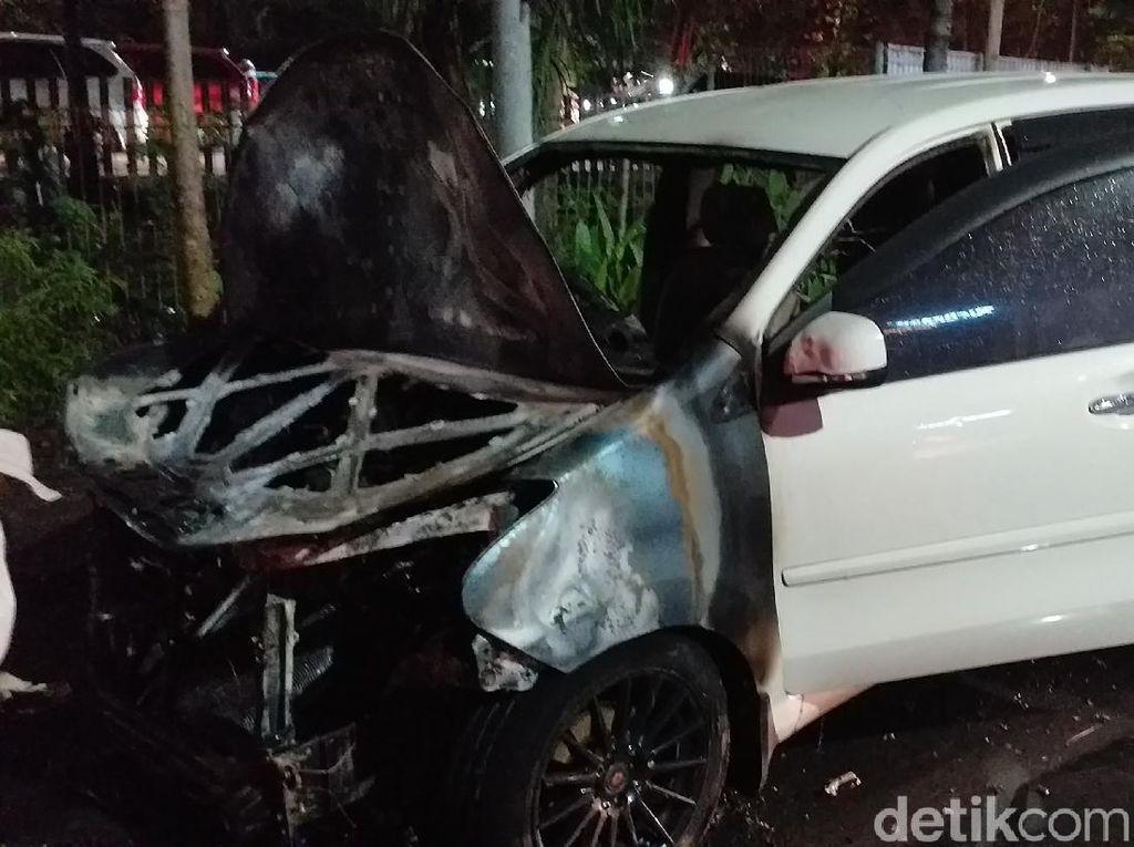 Sebuah MPV di Surabaya Terbakar Saat Digunakan Jemput Istri