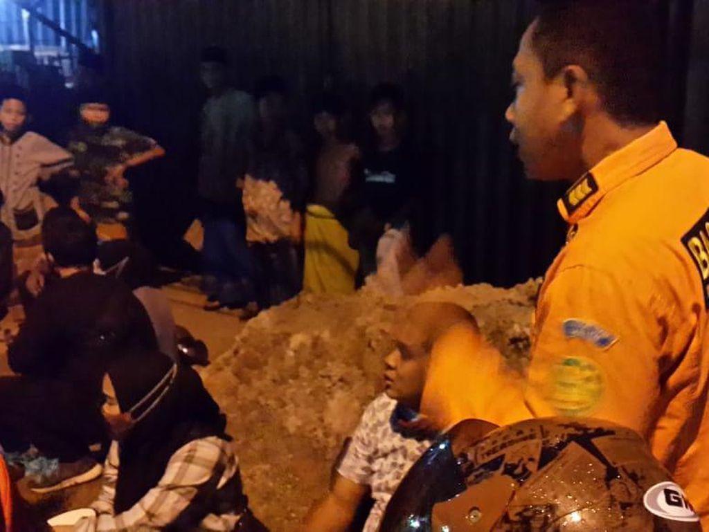 Ceceran Tanah Bikin Jalan Serang-Cilegon Licin, 50 Pengendara Motor Terjatuh