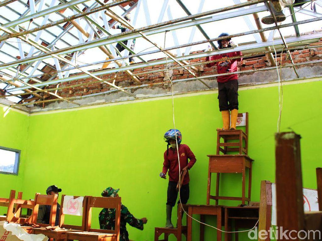 Puting Beliung Rusak Dua Sekolah di Cimenyan Bandung